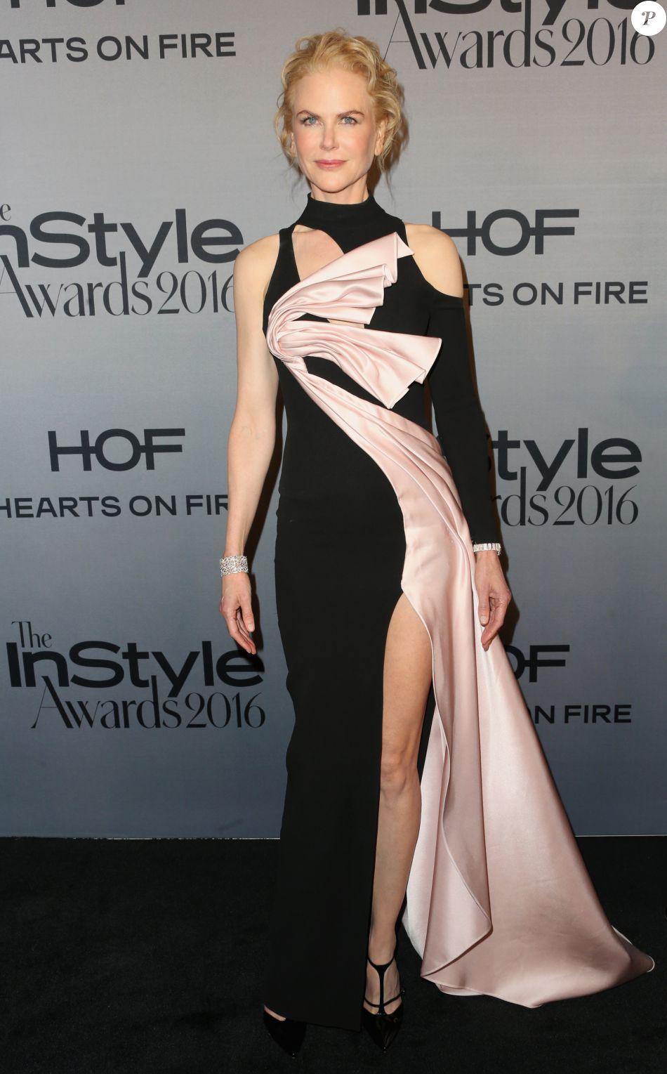 Nicole Kidman deixou as pernas de fora em um vestido Versace com superfenda no InStyle Awards