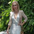 A atriz Ludmila Dayer apostou num vestido com decote poderoso e fendado para ir ao desfile da grife Água de Coco, no SPFW