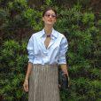 Isabella Fiorentino usa camisa Camisarista, saia LMNTS Elements, colar Mixed e bolsa Cori no desfile da Iódice, no SPFW