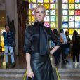 A apresentadora Ana Hickmann assistiu ao desfile da estilista Glória Coelho com blusa da grife, saia de couro Loft 747 e bolsa Hermès