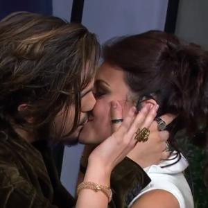 Bruna Santana. Foto do site da Pure People que mostra Luan Santana beija youtuber Bruna Louise em bastidor de premiação