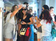 Anitta posa rodeada de fãs e filma paparazzo ao embarcar no Rio. Fotos!
