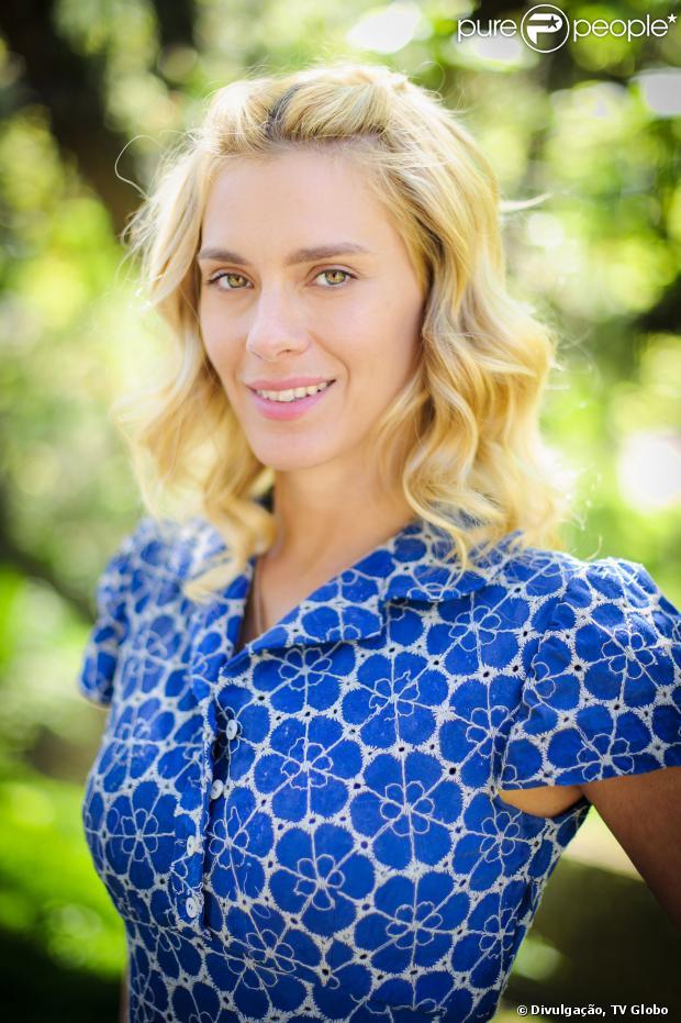 Iolanda (Carolina Dieckmann) é absolvida no julgamento em que é acusada de adultério por Ernest (José de Abreu), em 'Joia Rara', em 30 de dezembro de 2013