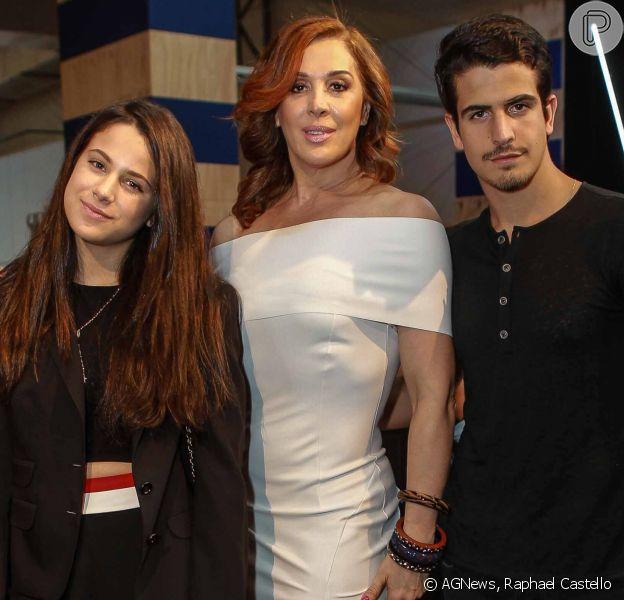 Claudia Raia vai a desfile no São Paulo Fashion Week com os filhos Enzo e Sophia