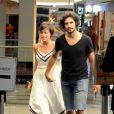 Gabriel Leone levou a namorada, Carla Salle, para um passeio no shopping na noite desta quarta-feira, 26 de outubro de 2016