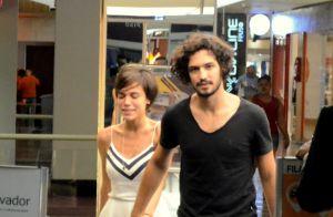 Gabriel Leone e namorada, Carla Salle, passeiam de mãos dadas em shopping.  Fotos de789ddeac
