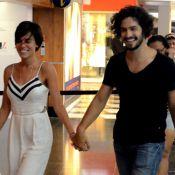 Gabriel Leone e namorada, Carla Salle, passeiam de mãos dadas em shopping. Fotos