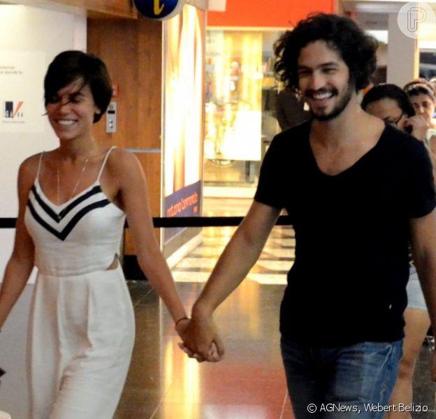 Gabriel Leone e a namorada, Carla Salle, andaram de mãos dadas em shopping da Zona Sul na noite desta quinta-feira, 26 de outubro de 2016