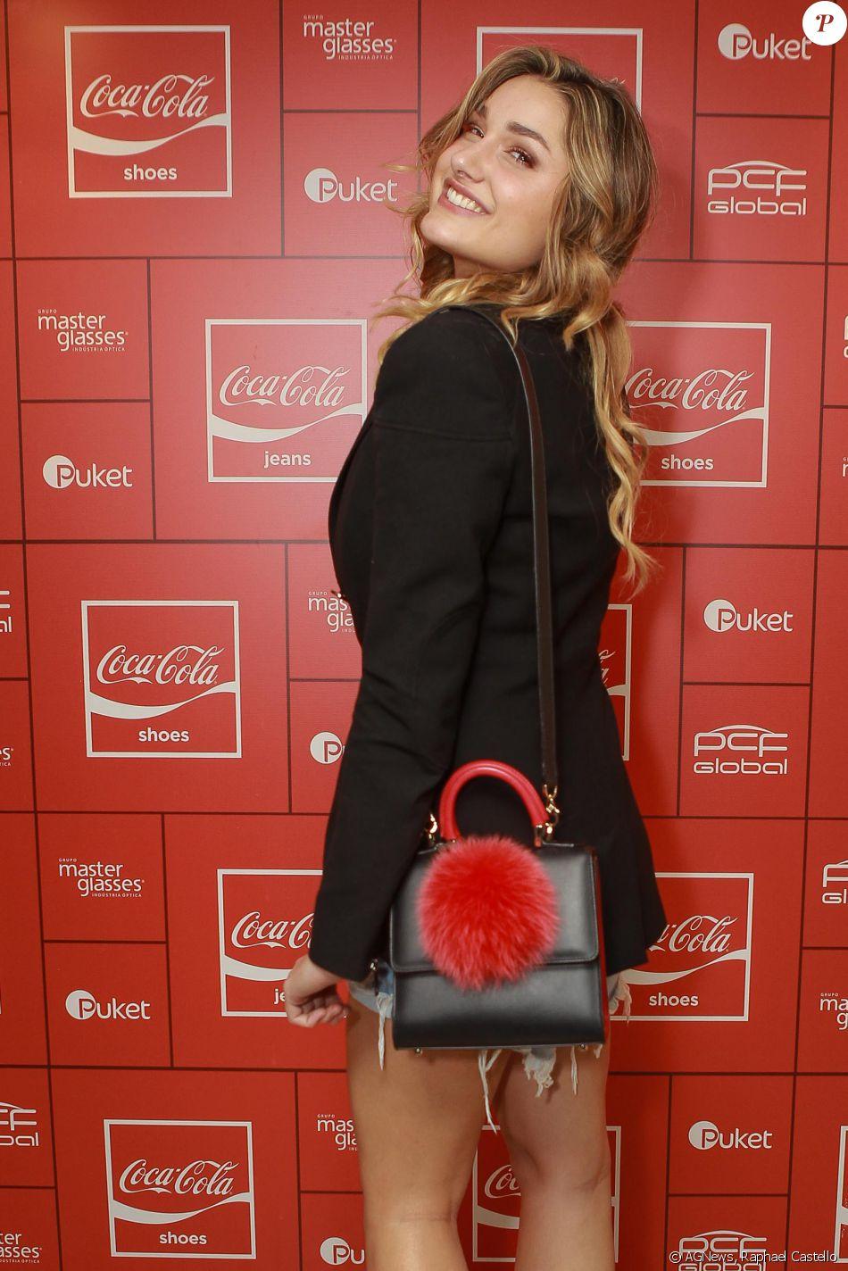b1ad113b8 Sasha Meneghel usou um terno preto e uma bolsa estilosa para curtir a festa  da Coca-Cola Jeans, no PanAm Club, em São Paulo