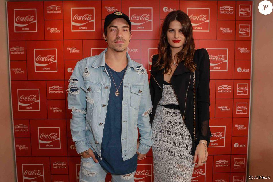 499bcc6f4 O casal Isabeli Fontana e Di Ferrero esteve na festa da Coca-Cola Jeans no  PanAm Club, em São Paulo