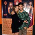 Deborah Secco prestigiou a estreia do marido no teatro