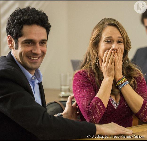 Tancinha (Mariana Ximenes) se comove com salvamento de Beto (João Baldasserini), no final da novela 'Haja Coração', em novembro de 2016