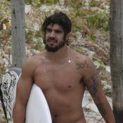 Caio Castro surge mais barbudo para papel na novela 'Novo Mundo' em dia de surfe