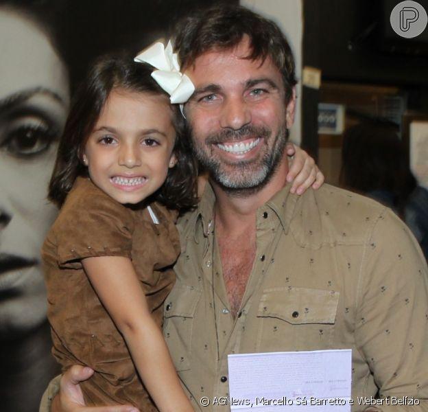 Marcelo Faria leva a filha, Felipa, de 5 anos, para prestigiar sua mulher, Camila Lucciola, na estreia da peça 'Por Isso Fui Embora'