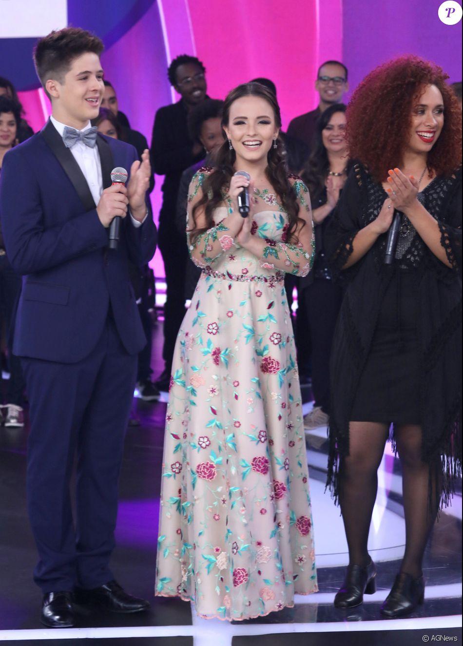 Larissa Manoela mostrou todo o seu romantismo com um vestido longo e cheio  de detalhes coloridos da marca Miss Teen 357af02d98