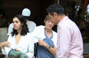 Sophie Charlotte passeia com o filho, Otto, no colo em shopping no Rio