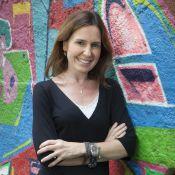 Susana Naspolini cai ao descer de escorrega e ganha bolo em sua volta ao 'RJTV'