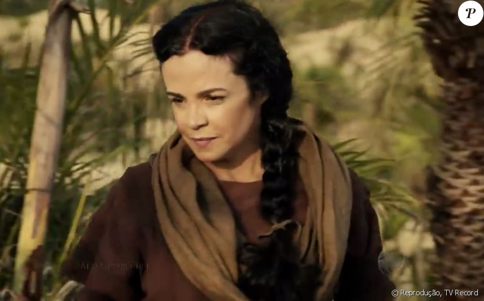 Yana (Luciana Braga) é levada para o acampamento após cair de uma ribanceira ao salva Zaqueu (Ricky Tavares) das mãos de Tobias (Raphael Viana), na novela 'A Terra Prometida', a partir da quarta-feira, 16 de novembro de 2016