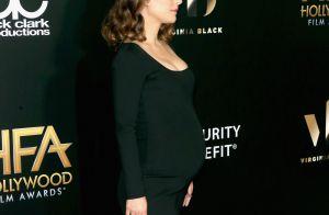Natalie Portman exibe barriga de grávida com vestido longo em festival de cinema