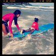 Maria, filha mais nova de Glória Maria, faz sua primeira aula de surfe na Bahia