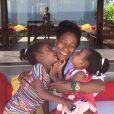 Glória Maria ganha beijo das duas filhas, Maria e Laura, na Bahia, onde a jornalista passa férias, em 4 de janeiro de 2013