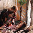 Não demora muito para Melina (Carla Diaz) não suportar o trabalho nas ruas de Ai e desmaiar, ardendo de febre, na novela 'A Terra Prometida'. A garota então é levada de volta para o palácio