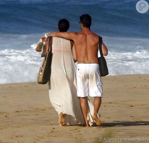 Débora Nascimento se esconde em vestidão para não mostrar corpo em praia, em Fernando de Noronha