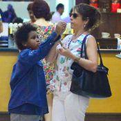 Drica Moraes divide chocolate com o filho antes de embarcar no Rio. Veja fotos!
