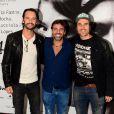 Rodrigo Santoro prestigia o amigo Marcelo Faria, produtor do espetáculo, na companhia de Eriberto Leão