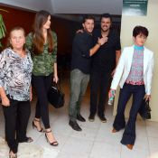 Klebber Toledo leva Camila Queiroz, a sogra e a avó da atriz ao teatro. Fotos!