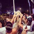 Juliana Paiva, atriz de 'Além do Horizonte', compartilhou uma foto no seu Instagram do momento do brinde com os amigos, à meia-noite, no Copacabana Palace