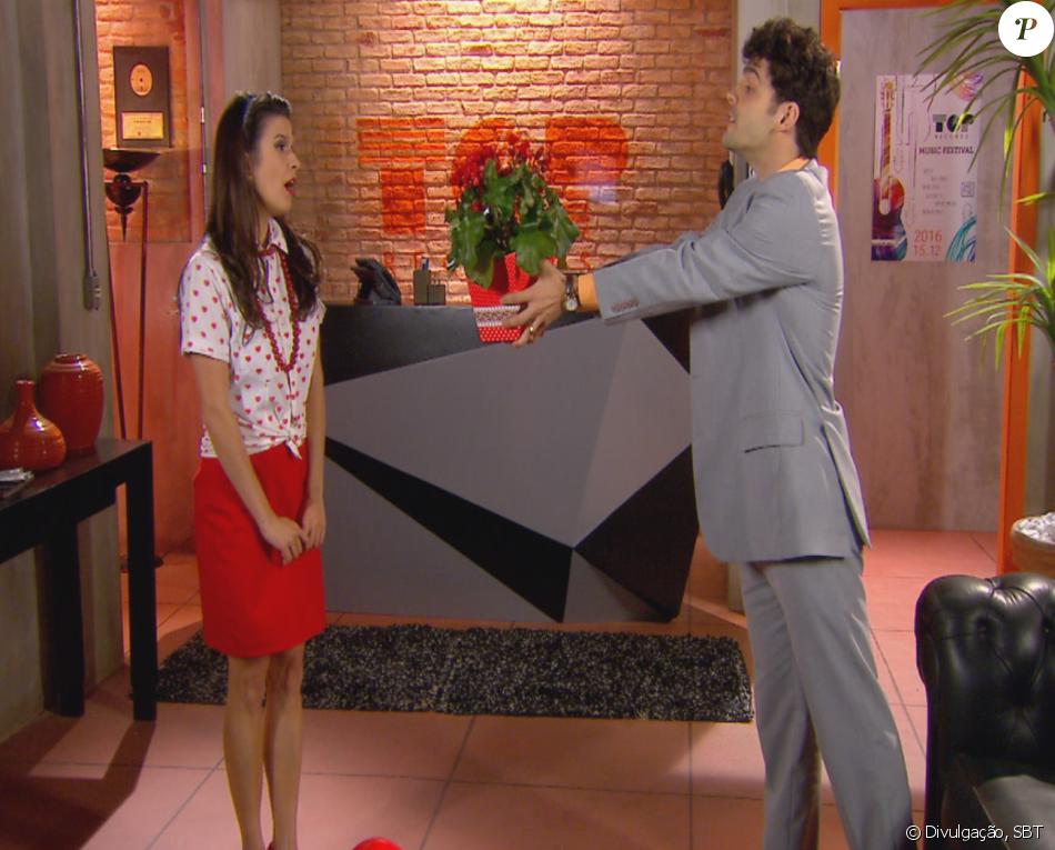 Dinho (Rodrigo Dorado) presenteia Leticia (Maria Eduarda Machado) com vaso de flores sabotado por Meire (Valéria Sândalo) e a moça reclama do mau cheiro, na novela 'Cúmplices de um Resgate'