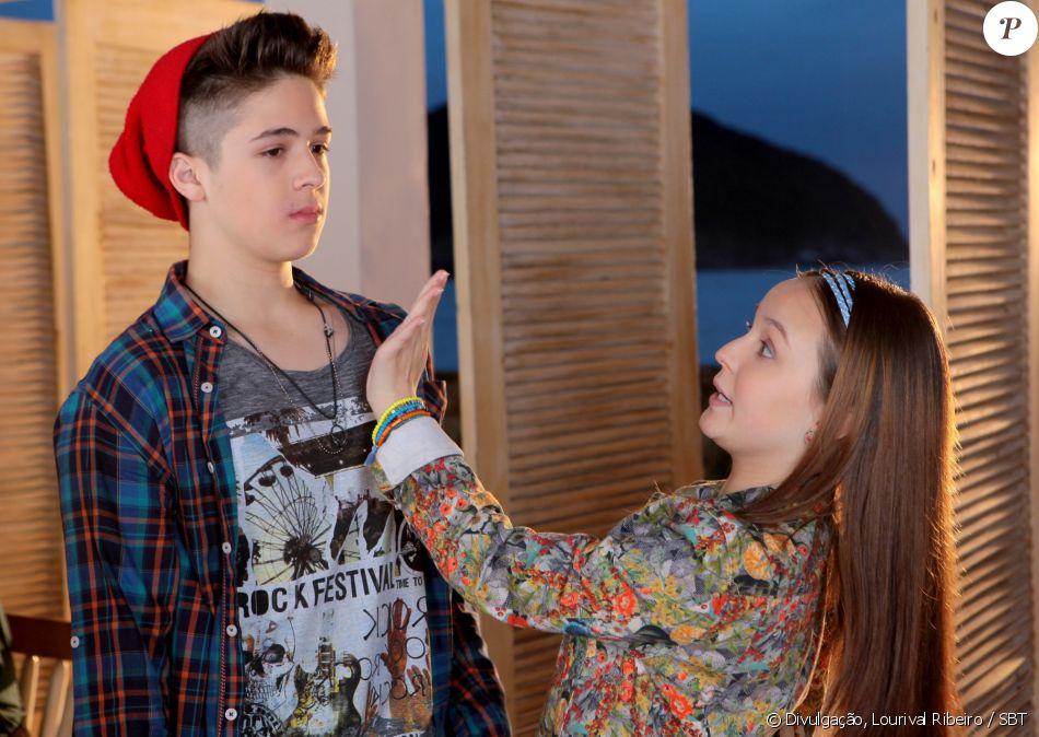 Isabela (Larissa Manoela) se disfarça de Manuela (Larissa Manoela), vai ao encontro de Joaquim (João Guilherme) e precisa escapar de um beijo do rapaz, na novela 'Cúmplices de um Resgate'
