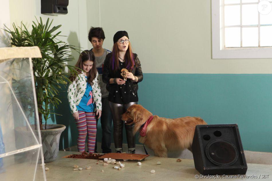 Isabela (Larissa Manoela), Dóris (Sophia Valverde) e Mateus (Lipe Volpato), com a ajuda de Manteiguinha, encontram o totem embaixo de um vaso dentro da igreja, na novela 'Cúmplices de um Resgate'