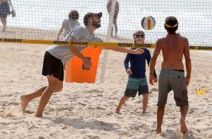 Rodrigo Hilbert joga vôlei com filho Francisco e se refresca em praia. Fotos!