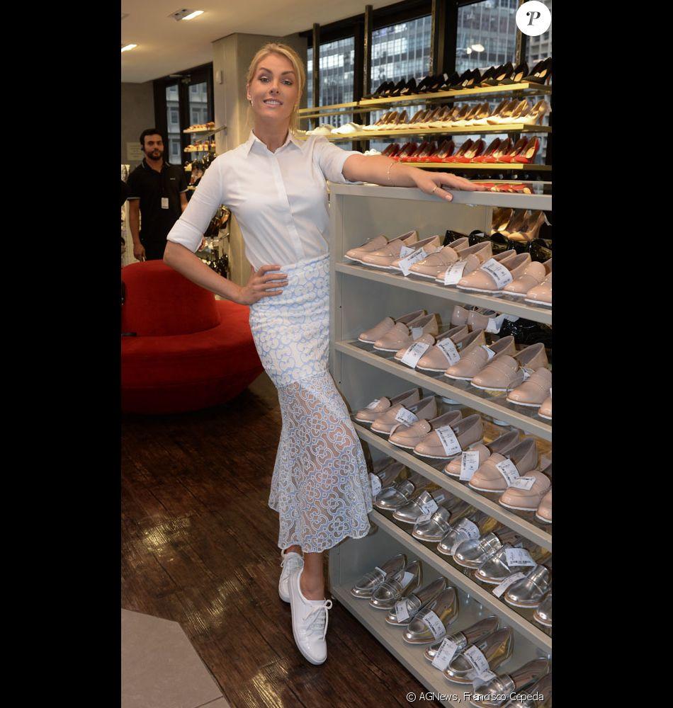 5f4d92887af0a Ana Hickmann lança sapatos para a Riachuelo em evento nesta quinta (17)