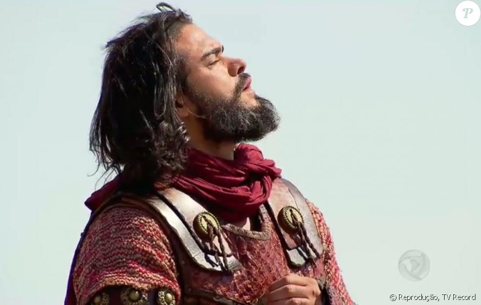 Josué (Sidney Sampaio) observa maravilhado a chuva de pedras de fogo sobre os guerreiros de Canaã, na novela 'A Terra Prometida'