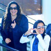 Letícia Lima faz coração com as mãos ao embarcar junto com Ana Carolina. Fotos
