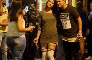 Priscila Fantin chama atenção por usar meia acima dos joelhos em bar. Fotos!