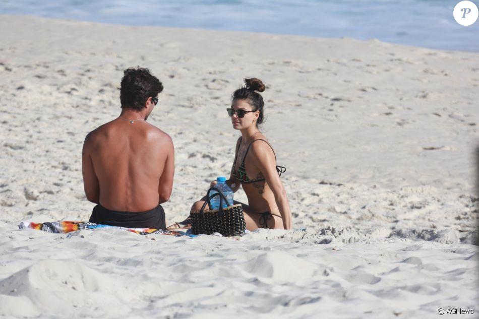 Isis Valverde e o namorado, André Resende, curtem praia da Barra da Tijuca, na Zona Oeste do Rio de Janeiro, em 20 de novembro de 2016