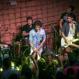 Sam Alves recebe carinho de fãs em apresentação feita no Rio de Janeiro nesta sexta-feira, 3 de janeiro de 2014; ele deu uma canja no show de André e Kadu