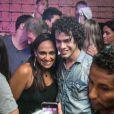 Sam Alves é tietado por fãs após apresentação surpresa em boate do Rio de Janeiro
