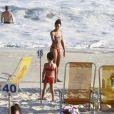 Sheron Menezzes leva a sobrinha Manuela para a praia