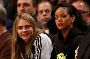 Rihanna vai a jogo de basquete acompanhada de Cara Delevingne, em Nova York