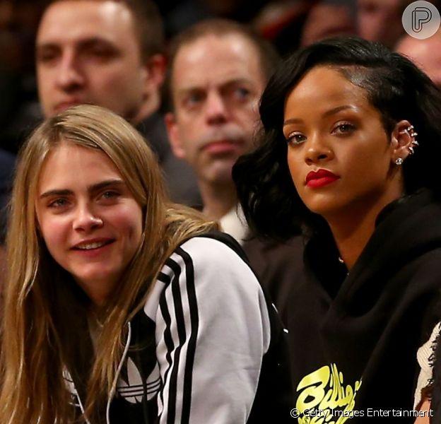Rihanna assiste a jogo de basquete ao lado de Cara Delevingne, em Nova York, nos Estados Unidos, em 6 de janeiro de 2013