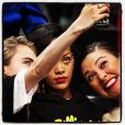 Cara, Rihanna e Jennifer tiram foto durante a partida de basquete