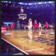 Cara Delevingne compartilhou uma foto da partida de basquete: 'No meu primeiro jogo de basquete, o Nets ganhou! Muito obrigada pela noite incrível'