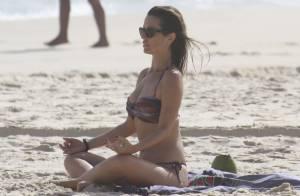 Juliana Didone medita e exibe corpo em forma de biquíni em praia carioca