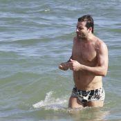 Henri Castelli, prestes a ser papai, passa a tarde na praia da Barra, no Rio