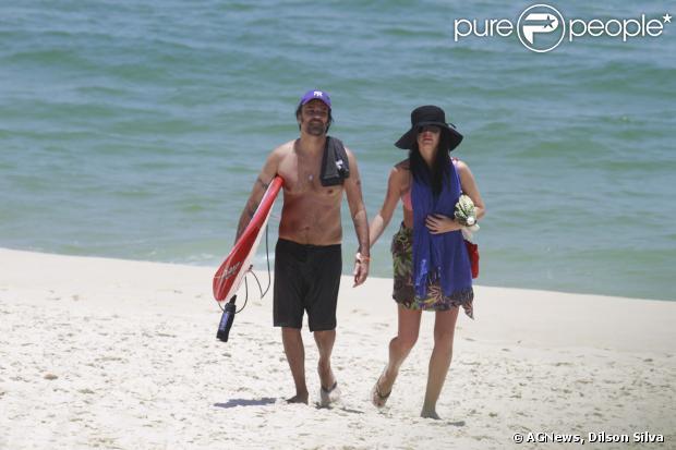 Alinne Moraes, grávida de cinco meses de seu primeiro filho, curte um dia de praia com o namorado, Mauro Lima, no Rio, em 10 de janeiro de 2013